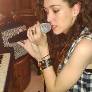 Sara canta una canzone